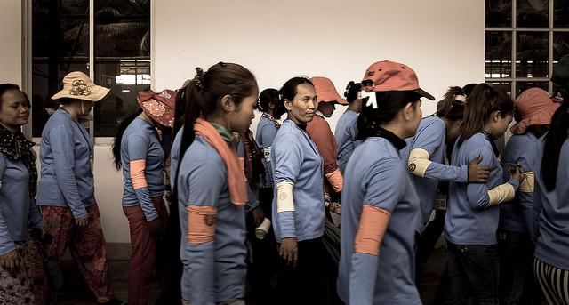 Trabajadoras camboyanas esperando para ir a la comida. Foto ILO in Asia and the Pacific