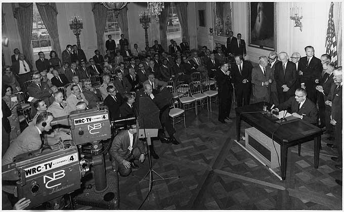 presidente Lyndon B. Johnson firma la resolución del Golfo de Tonkin 8-10-1964. Fotógrafo de Vietnam del Norte
