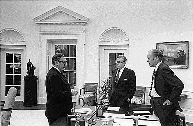 Henry Kissinger. Nelson Rockefeller y Gerarld Ford. Fin de la guerra de Vietnam. Fotógrafo White Hpuse