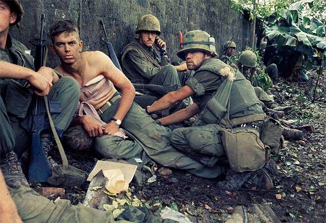 Fotografía de soldados em la ciudad de Hue, 2-6-1968. Archivo fotografía del Cuerpo de marines de EE.UU.