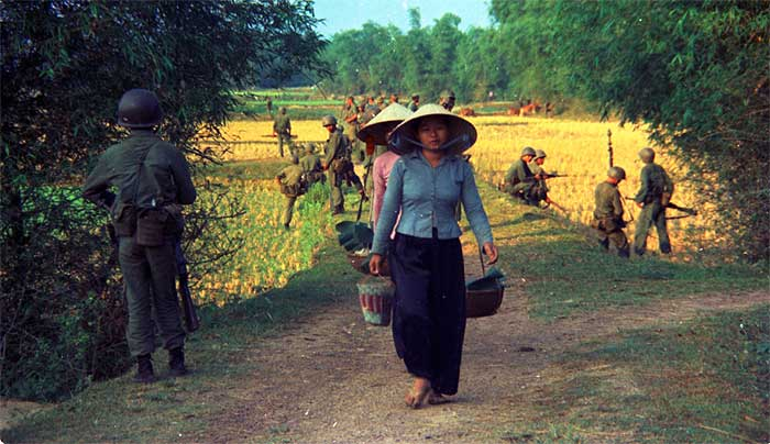 Marines en servicio de patrulla en Vietnam, 1965. Archivo fotografía del Cuerpo de marines de EE.UU.