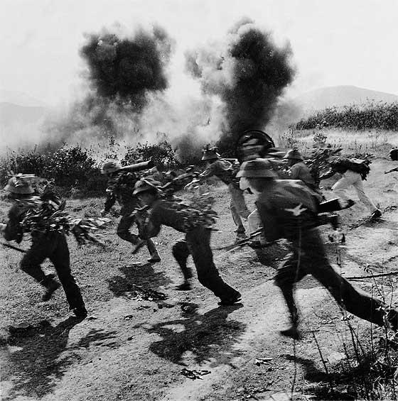 Soldados del ejército de Vietnam del Norte en lucha contra el intento de cortar la ruta Ho Chi Minh. Nguyen Dinh Uu