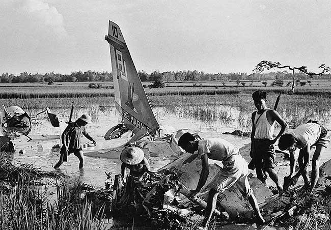 Miembtos de la Milicia inspeccionando un avión caído cerca de Hanoi. Fotógrafo de Vietnam del Norte