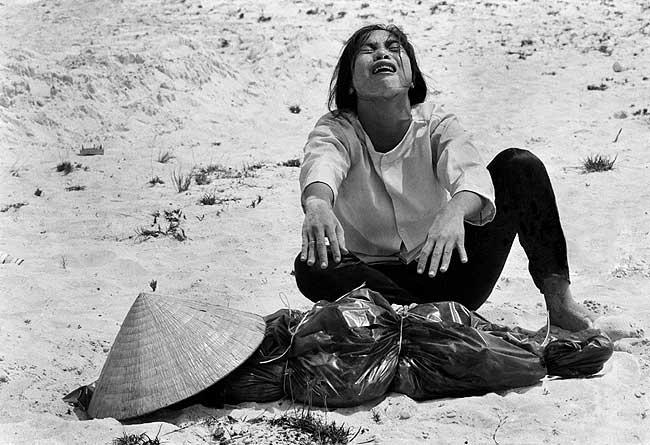 Una mujer llora bajo el cuerpo de su marido muerto en Hue durante la ofensiva del Tet. Horst Faas