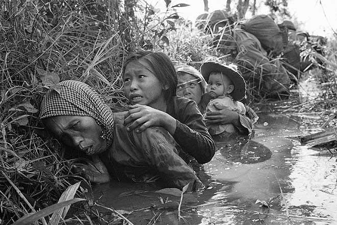 Bajo el fuego del Vietcong en Bao Trai. 1966. Horst Faas
