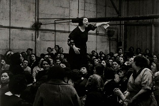 Ronis Willy- syndicaliste Rose Zehner pendant les grèves chez Citroën Paris 1938