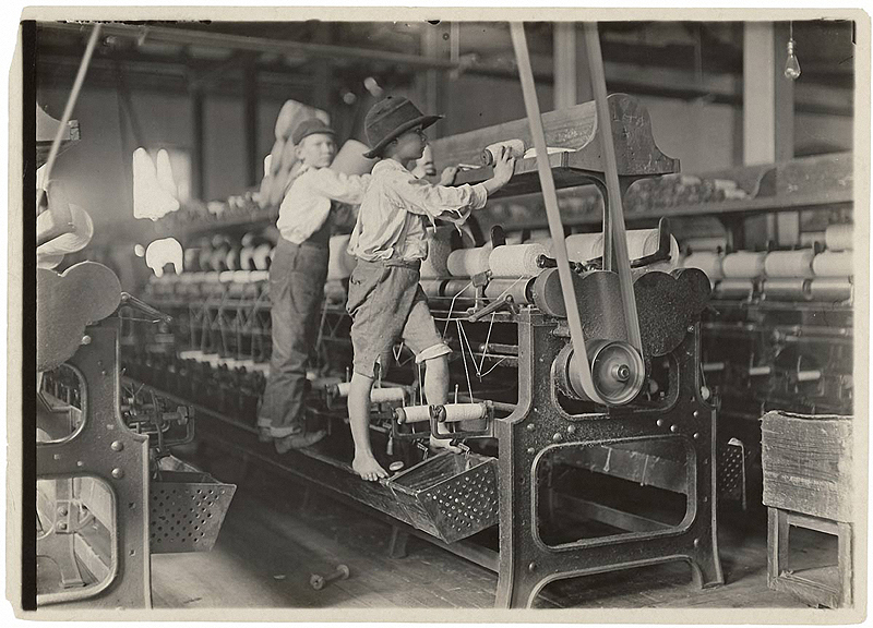 Spindle boys in Georgia cotton mill - Lewis Hine, 1909